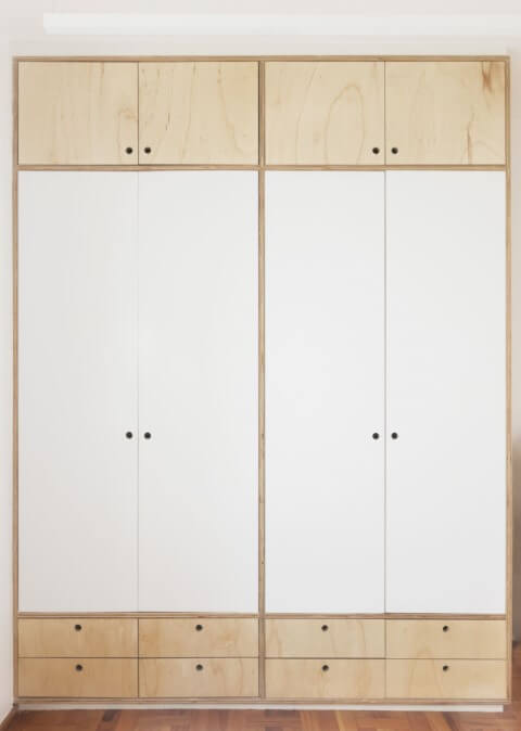 Armário de quarto de casa de marcenaria com portas brancas e de madeira crua Projeto de Iná Arquitetura