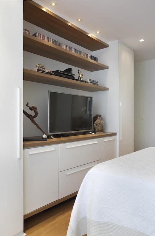 Armário de quarto de casal branco e prateleiras de madeira Projeto de RBP Arquitetura