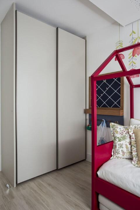 Armário de quarto de menina clean com decoração delicada Projeto de Helena Koki