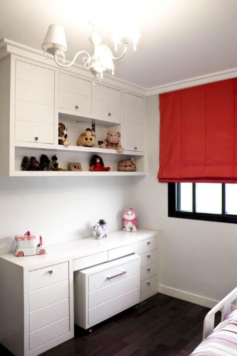 Armário de quarto de menina com escrivaninha e gaveteiro combinando Projeto de Patricia Kolanian