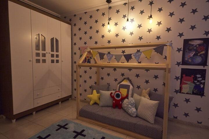 Armário de quarto de menino com aberturas que parecem janelas nas portas Projeto de Andrea Bento