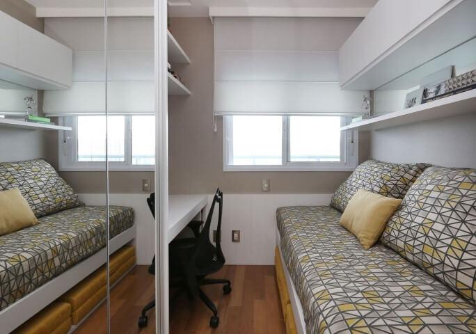 Armário de quarto de solteiro espelhado em ambiente pequeno Projeto de Danyela Correa