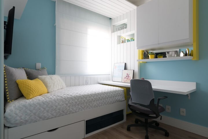 Armário de quarto infantil aéreo com paredes azuis Projeto de Danyela Correa