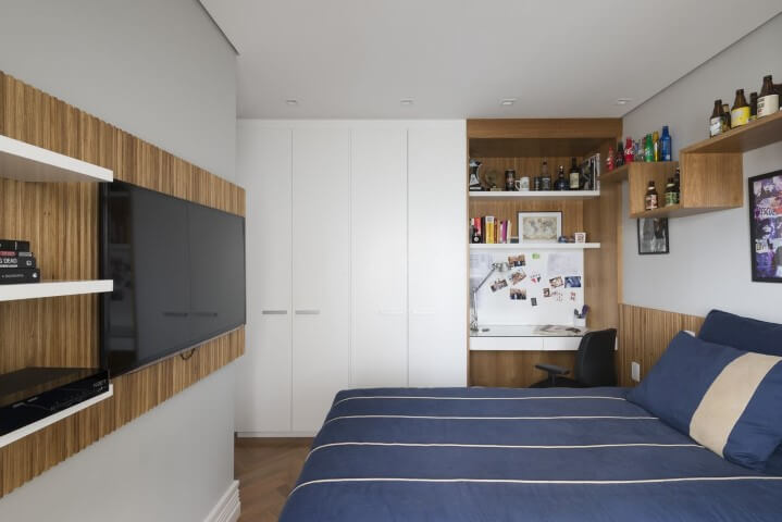 Armário de quarto masculino branco com demais móveis de madeira Projeto de Gustavo Motta