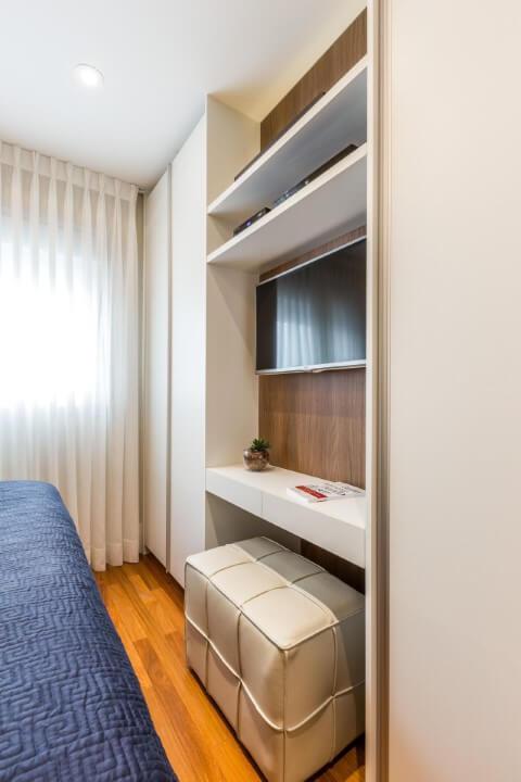 Armário de quarto planejado com painel de TV Projeto de By Arquitetura