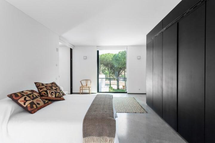 Armário de quarto preto com ambiente claro Foto de RCF Design