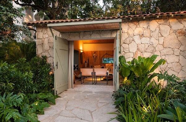 As pedras naturais no revestimento de parede agregam valor estético ao projeto. Fonte: Revista Viva Decora