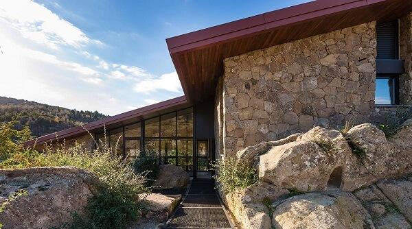 As pedras naturais são muito usadas como revestimento de parede externa. Fonte: Revista Viva Decora