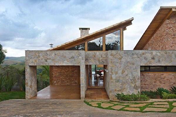 As pedras são muito utilizadas em revestimentos para fachadas. Fonte: Pinterest