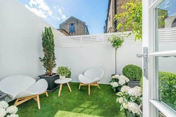 As plantas para jardim com flores brancas combinam com os móveis