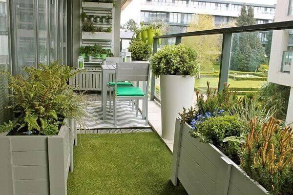 As plantas para jardim decoram a varanda