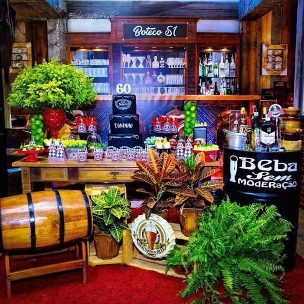 Caixotes de madeira e muitas plantas trazem beleza para a mesa de festa de boteco