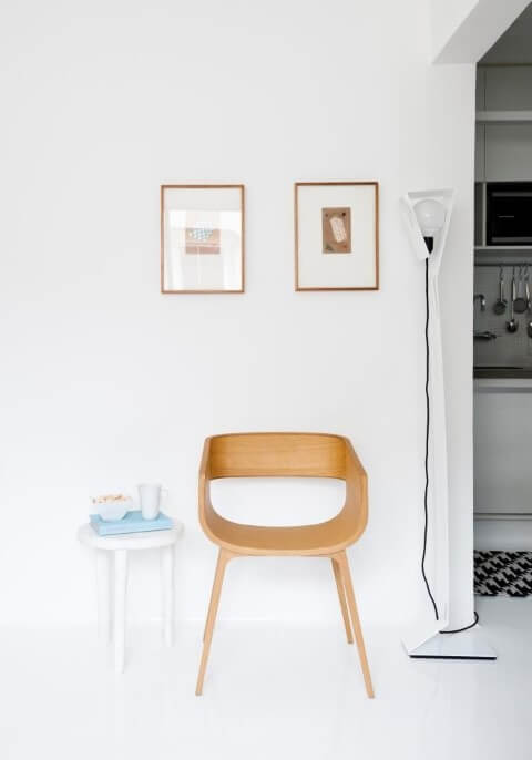 Cantinho da leitura com molduras para quadros simples de madeira Projeto de Iná Arquitetura