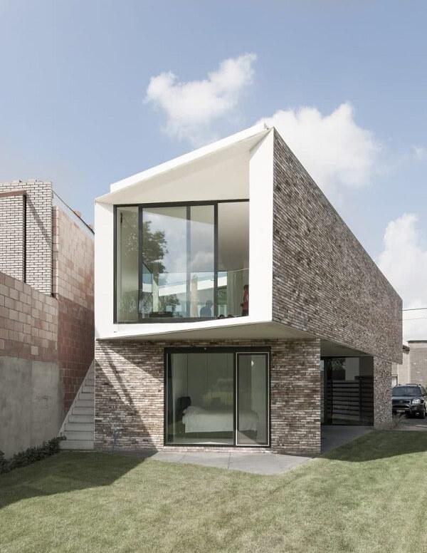 Casa cubo com revestimento de parede externa com pedras. Fonte: Revista Viva Decora