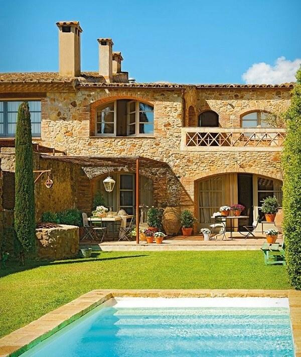 Casa de campo com revestimento de parede em pedras. Fonte: Revista Viva Decora