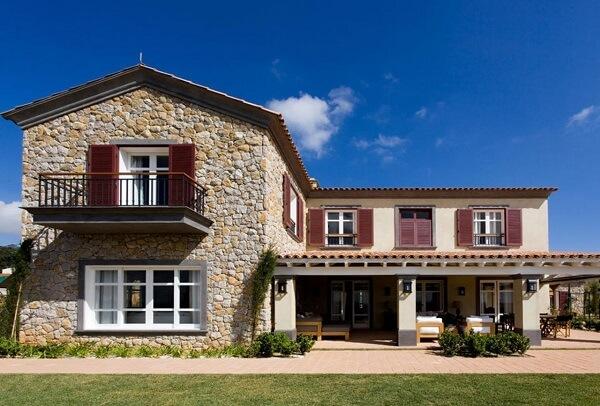 Casa de campo com revestimento de parede externa em pedra. Fonte: Dado Castello Branco