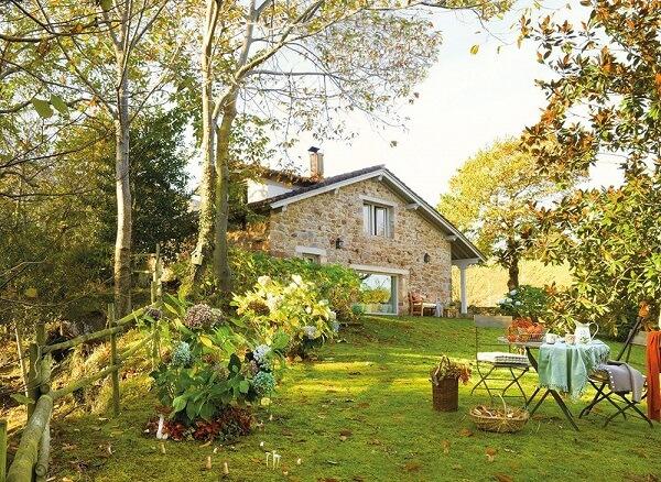 Em meio a paisagem temos uma casa revestida por pedras naturais. Fonte: Revista Viva Decora