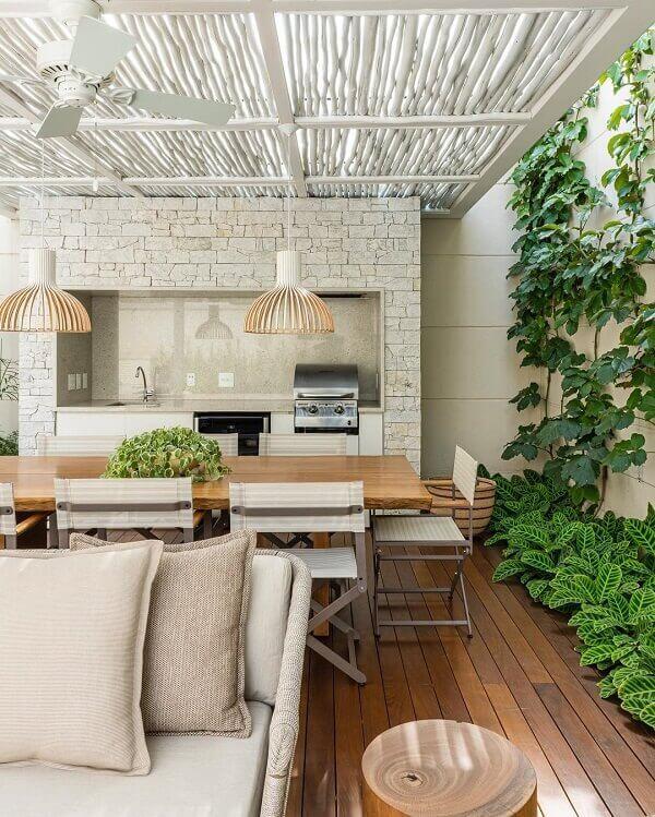 Em muitos projetos o revestimento de parede externa é feito com pedras naturais. Fonte: Triart Arquitetura