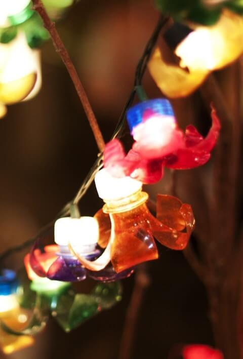 Enfeites de natal com garrafa PET coloridas em luzes pisca pisca Foto de Pinterest