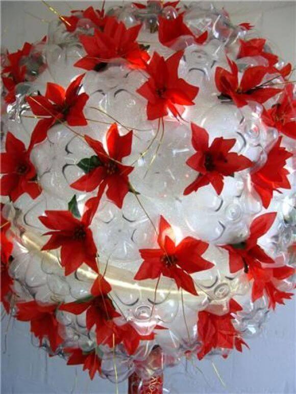 Enfeites de natal com garrafa PET com flores vermelhas falsas Foto de Pinterest