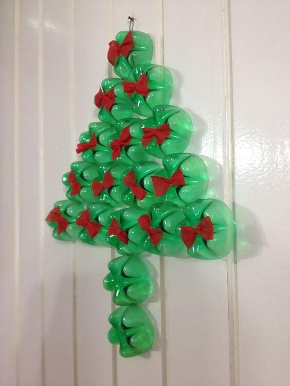 Enfeites de natal com garrafa PET no formato de árvore com lacinhos vermelhos Foto de Reciclar e Decorar