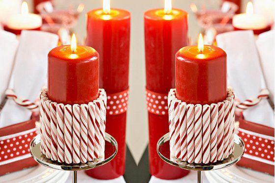 Enfeites feitos com velas de natal com doce ao redor Foto de VIX