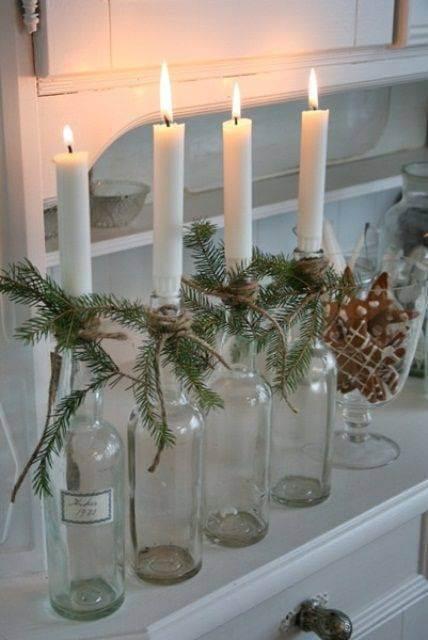 Enfeites feitos com velas de natal com garrada transparentes Foto de Irbans