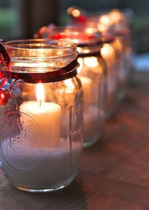 Enfeites feitos com velas de natal em pote de vidro com fita vermelha Foto de Pinterest