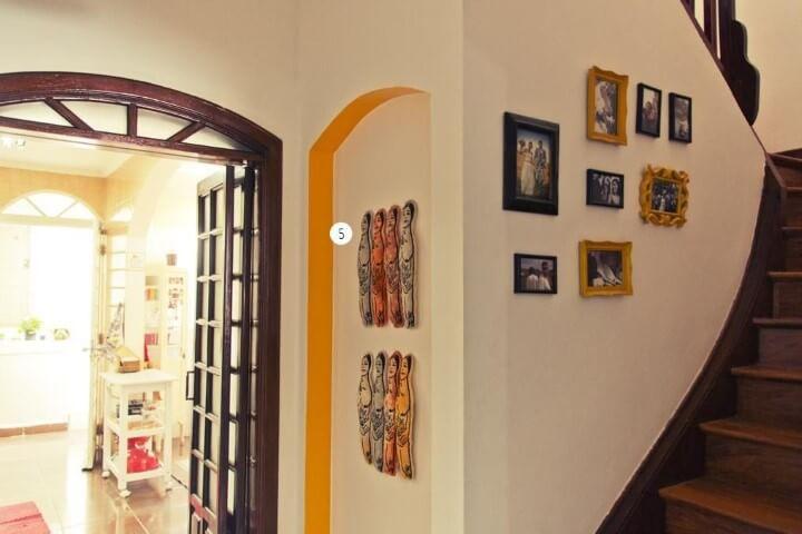 Escada com composição de molduras para quadros pequenas Projeto de Casa Aberta