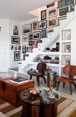 Escada com vários quadros e molduras para quadros diferentes combinados Projeto de Eunice Fernandes