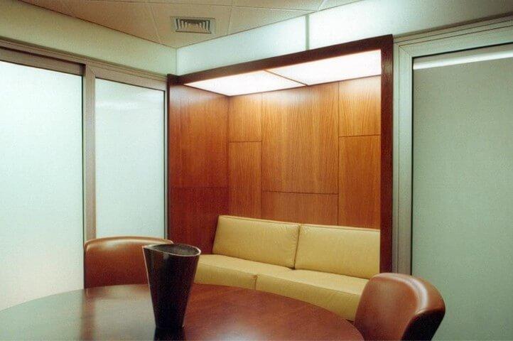 Escritório com sofá de couro creme no canto Projeto de Arquiteto Donini
