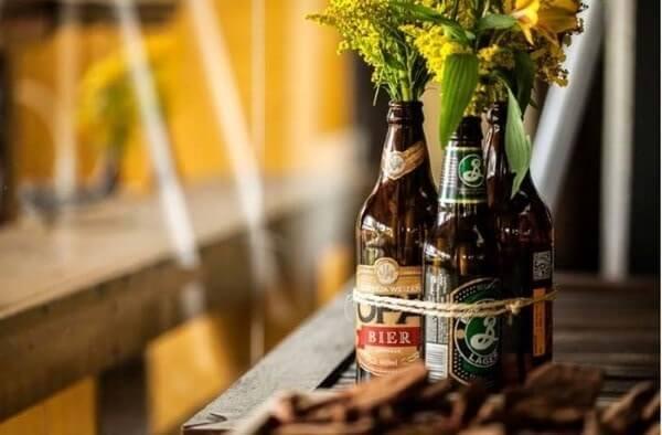 Festa de boteco com garrafas com flores