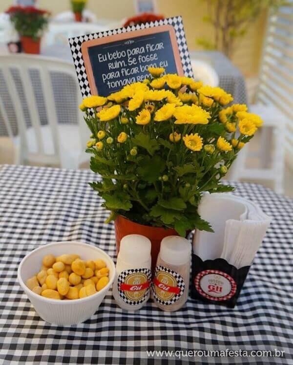 Festa de boteco mesa com arranjo de flor