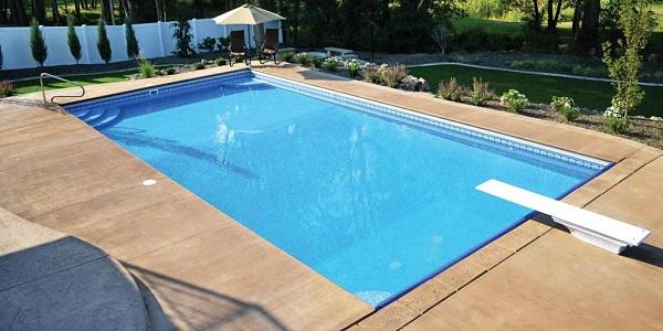 Inclua um trampolim na área da piscina