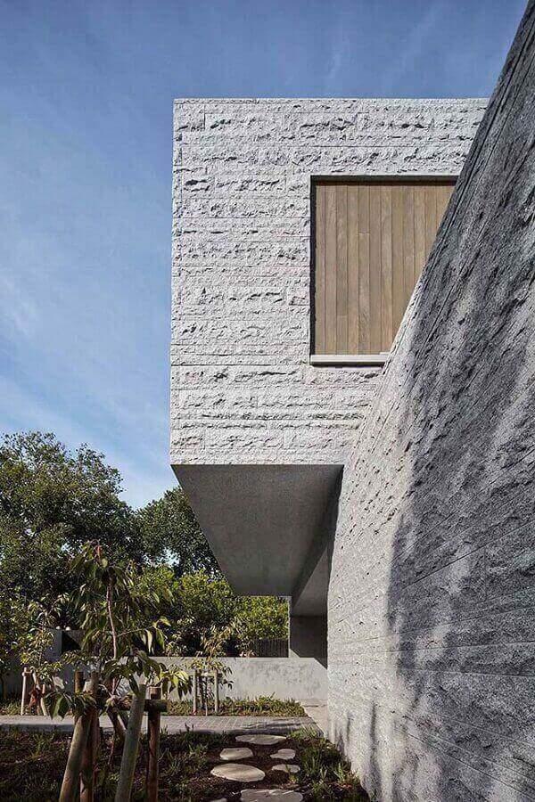 Inove no projeto e aposte no revestimento de parede externa em pedra miracema. Fonte: Pinterest