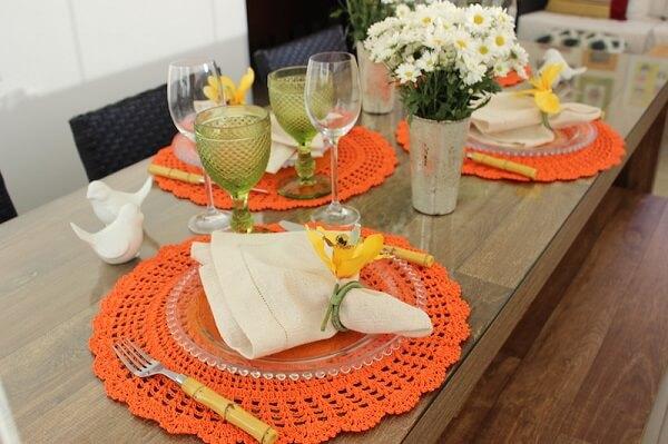 Mesa posta co sousplat laranja