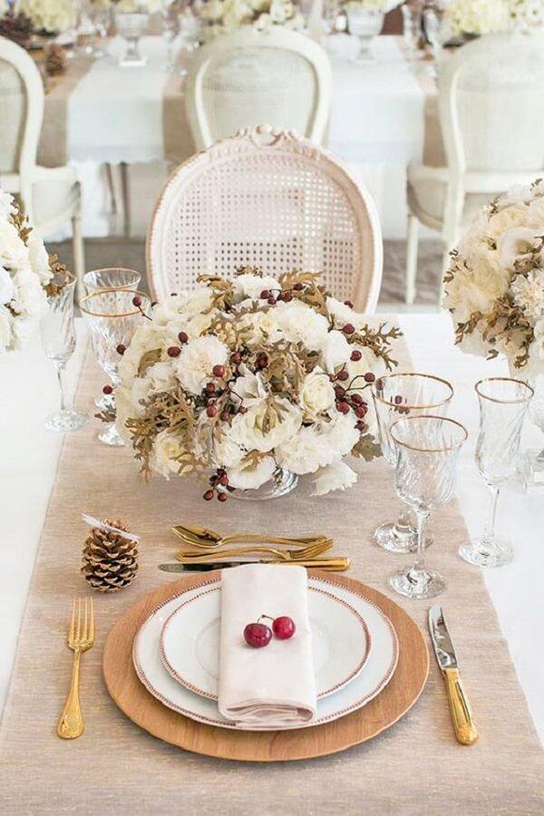 Mesa posta com branco e dourado