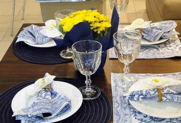 Mesa posta com sousplat e guardanapo azul
