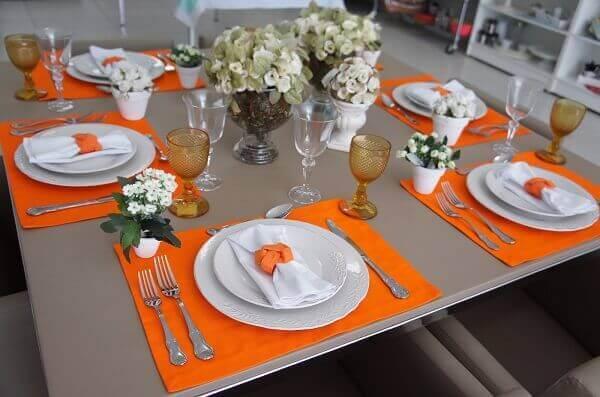 Mesa posta com sousplat laranja