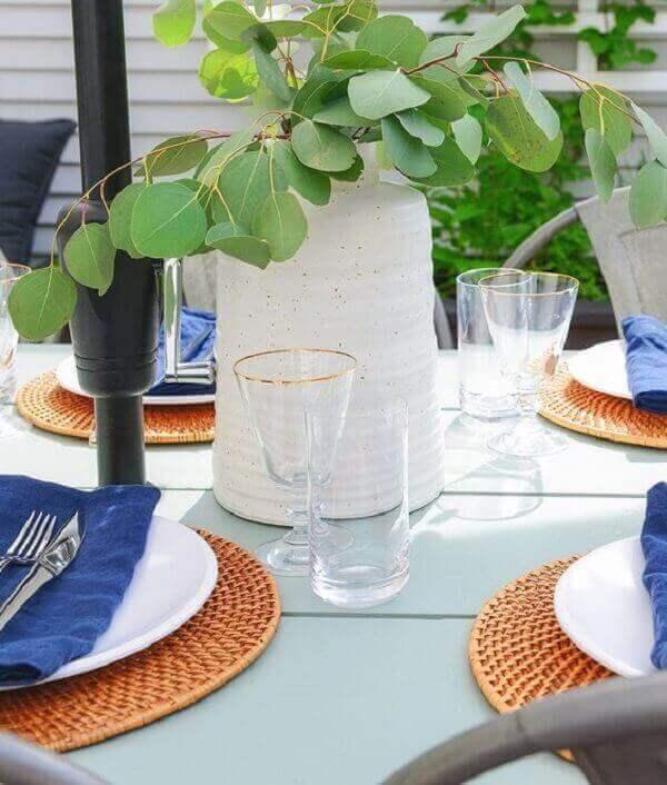 Mesa posta com vaso de planta