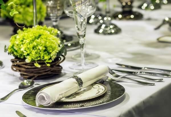 Mesa posta para jantar na sala
