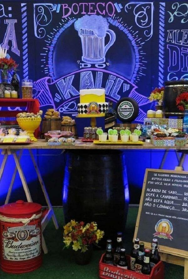 Mesa principal para festa de boteco com painel desenhado em giz