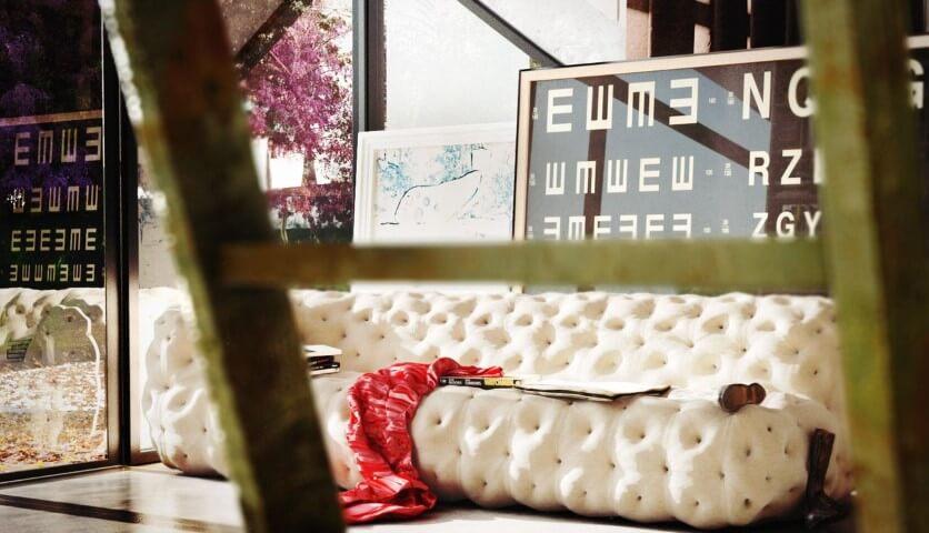 Molduras para quadros clean atrás do sofá moderno Projeto de Thi Lima 3D