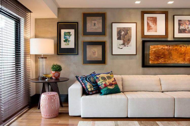 Molduras para quadros diferentes em composição em sala moderna Projeto de Elmor Arquitetura
