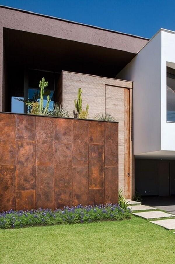 O aço corten faz parte desse revestimento de parede externa. Fonte: Revista VD