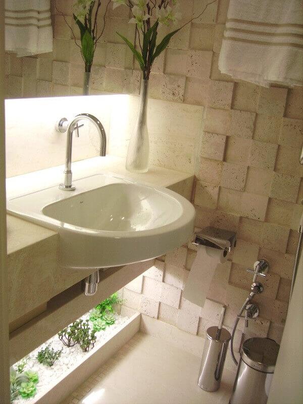 O banheiro foi decorado com um mini jardim de suculentas