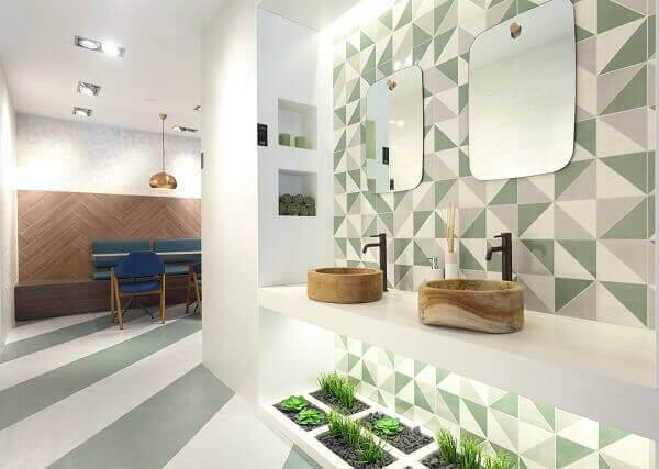 O lavabo foi decorado com mini jardim de suculentas sob a bancada