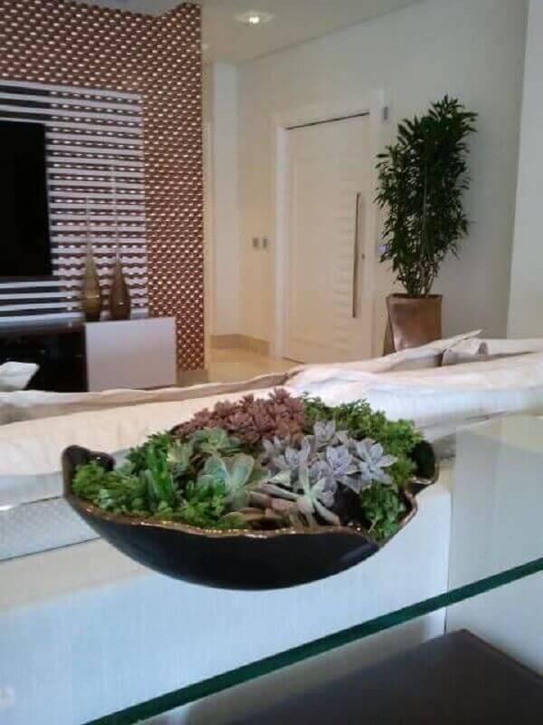 O mini jardim de suculentas decora o aparador