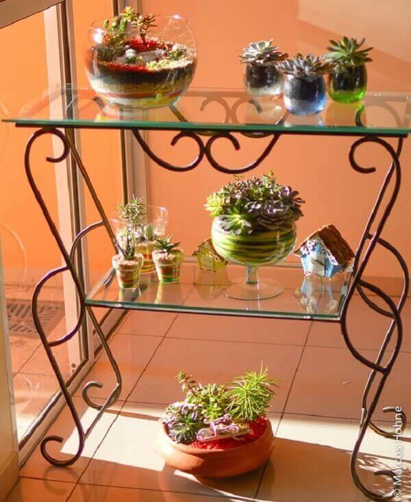 O mini jardim de suculentas decora o cantinho da sala