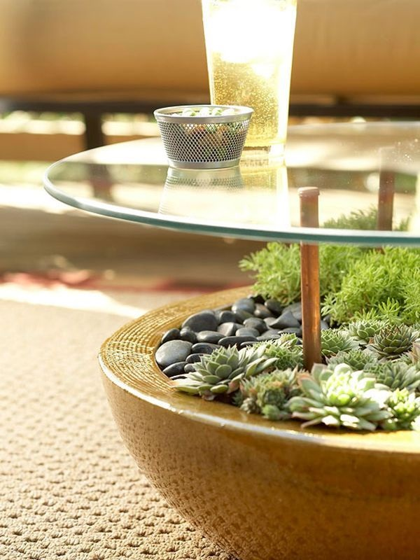 O mini jardim de suculentas em vaso cerâmico serve como base de mesa